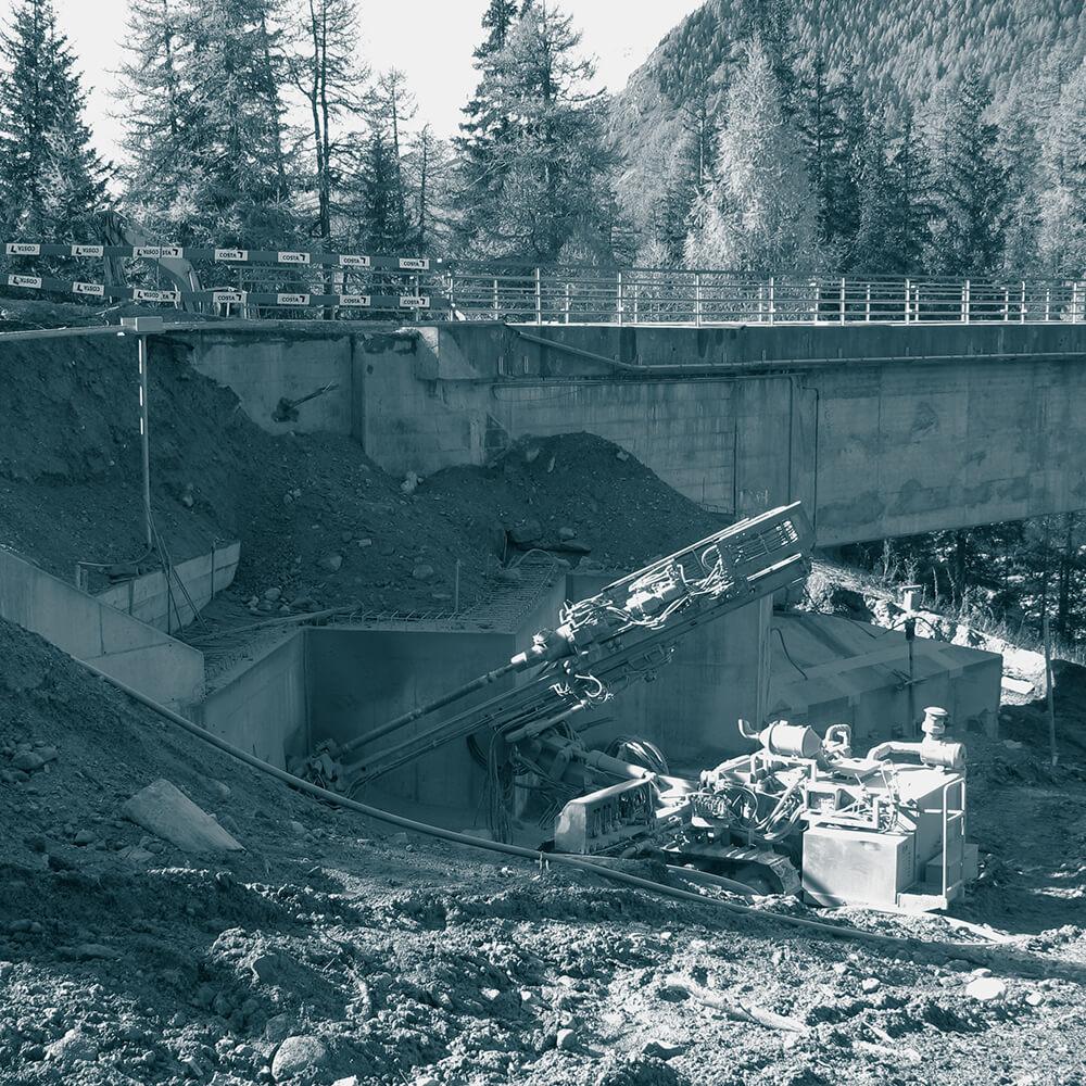 Engadiner Kraftwerke Zernez GR | Verstärkung und Stabilisierung rutschendes Brückenfundament mit Pfählen und vorgespannten Ankern