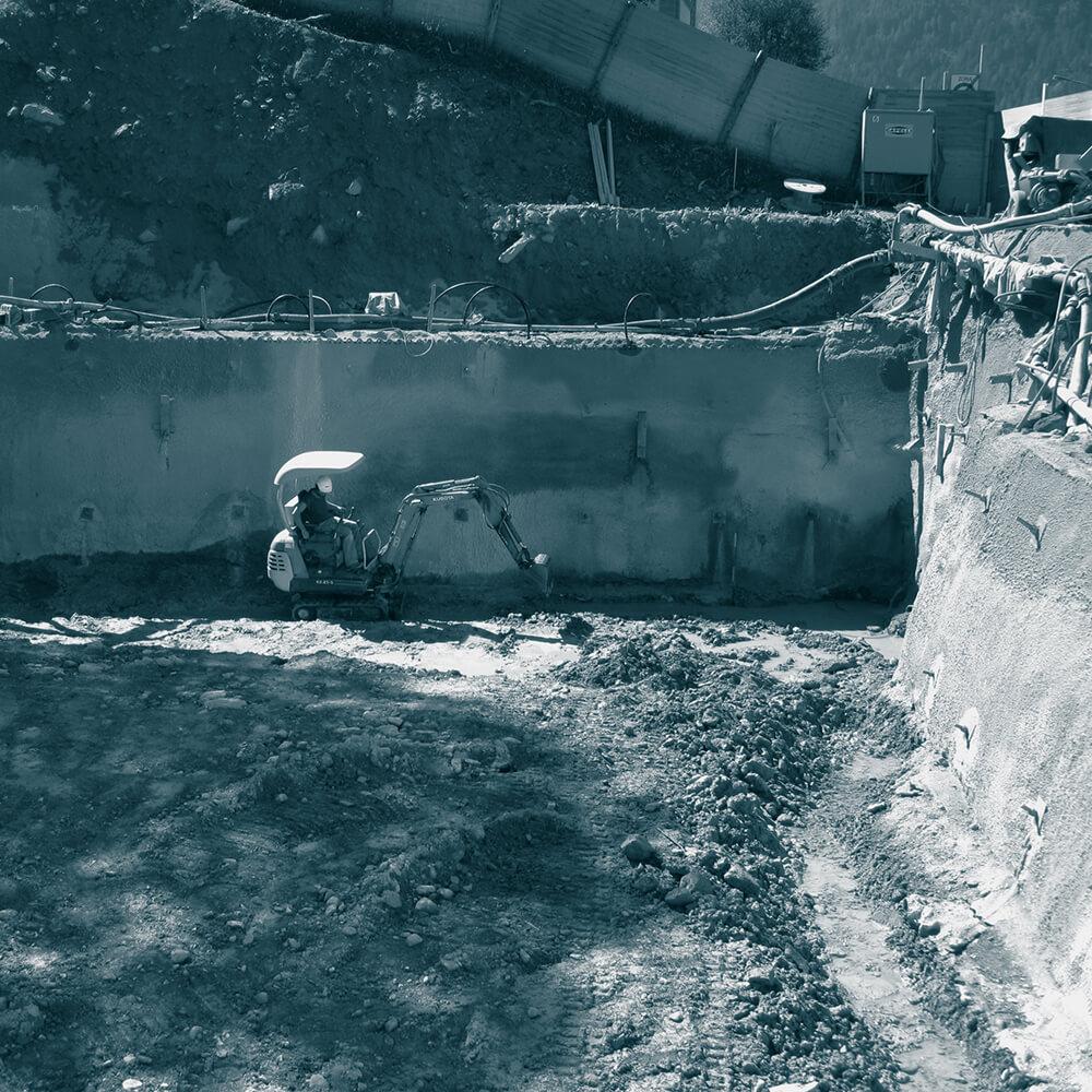 Baugrubensicherung mit Nagelwand und Grundwasserabsenkung mit Wellpoint für den Neubau Teleriscaldimento Sta. Maria Poschiavo
