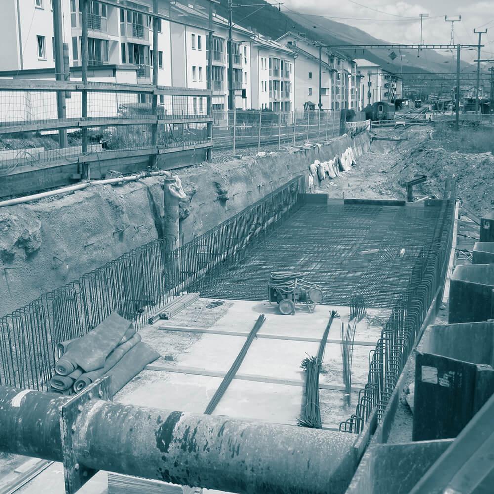 Baugrubensicherung mit Nagelwand und Grundwasserabsenkung mit Filterbrunnen für die Untertaglegung RhB Cristansains Samedan